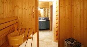 Właściciele rezydencji nad mazurskimi jeziorami, kochają odpoczynek we własnej saunie. Saunie, która wraz z łazienką tworzy prywatny kompleks regeneracyjny.