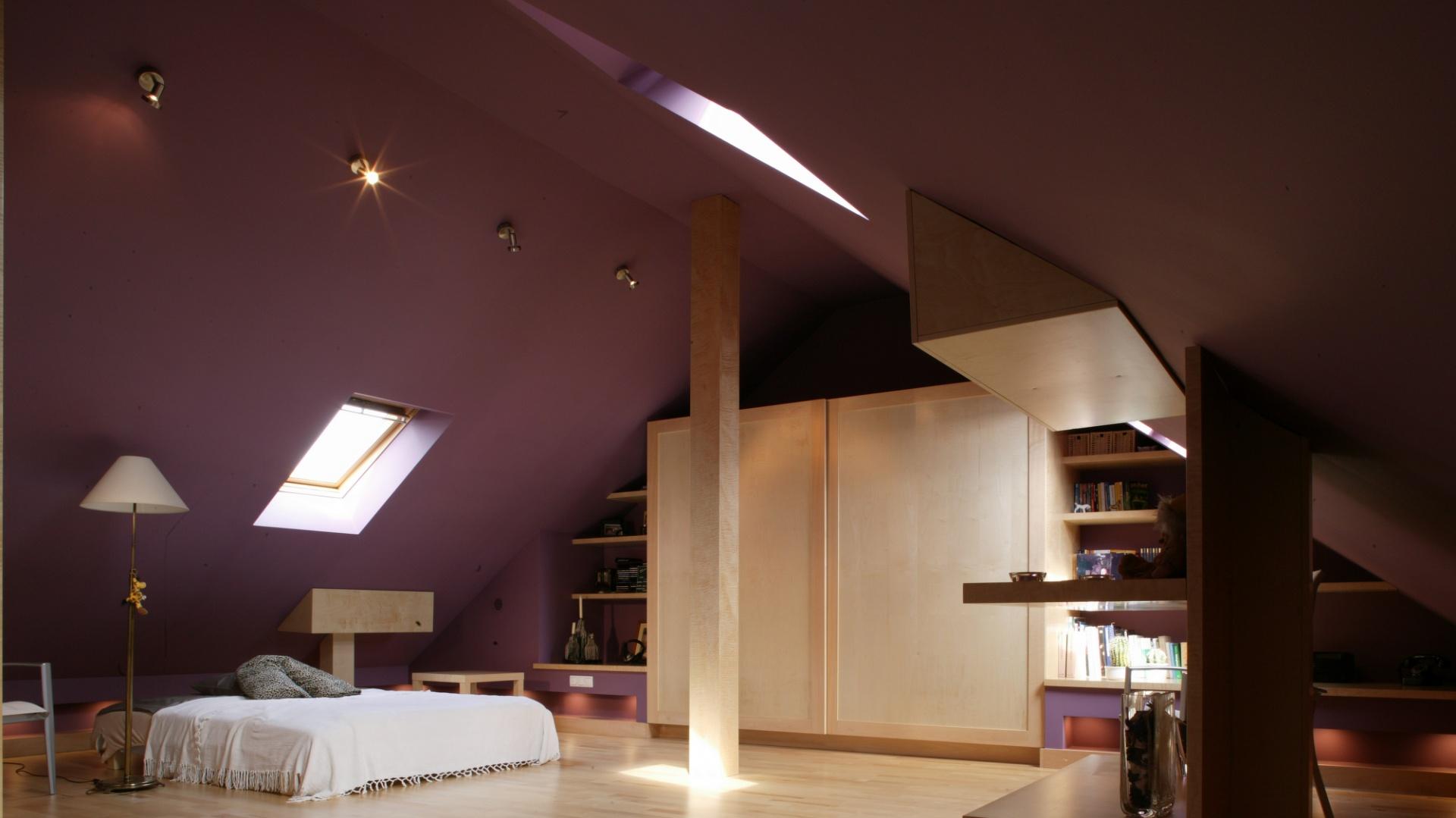 Proste, wyłącznie niezbędne meble zostały wykonane z jasnego, kontrastującego z mocnym kolorem ścian, klonu. Fot. Monika Filipiuk.