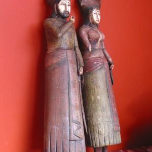 Dwie drewniane figurki, przedstawiające postaci króla i królowej, zostały przywiezione przez właścicieli z Indii. Podobno, ci nietypowi współlokatorzy sypialni, liczą sobie przeszło sto pięćdziesiąt lat... Fot. Tomek Markowski.
