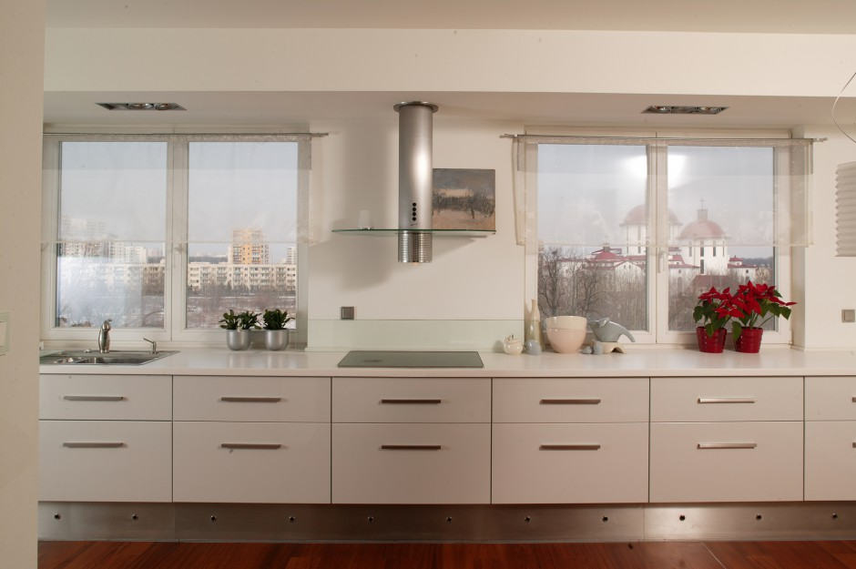 """Wydaje się, że okap wyznacza zabudowie kuchennej oś symetrii. Niewiele jest szczegółów, którymi różnią się od siebie oba """"obrazki"""". Fot. Tomasz Markowski."""