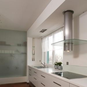 Za taflą szkła, której użyto jako ściany zamykającej kuchnię, mieści się gabinet. Światło z tego wnętrza przenika też do kuchni. Fot. Tomasz Markowski.