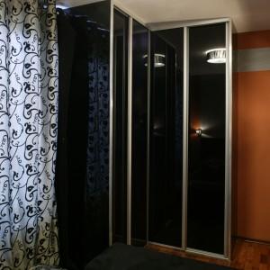 Sypialnia gospodarzy to wnętrze, gdzie znalazło się miejsce nie tylko na łóżko (Almi Decor) i towarzyszące mu sprzęty, ale także na szafę z czarnego szkła, która pełni rolę garderoby. Fot. Monika Filipiuk.