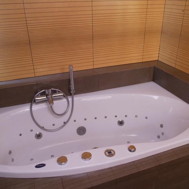 Wanna z hydromasażem: pomysł na relaks w łazience