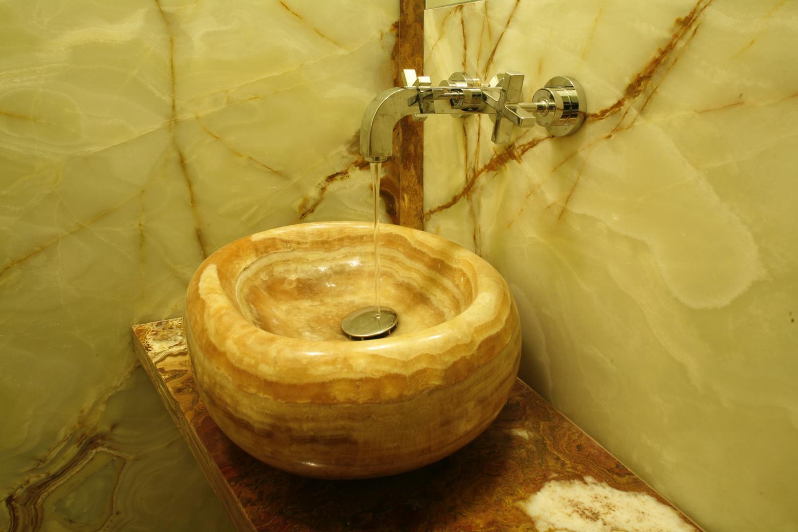 Umywalka została wydrążona w grubym bloku onyksu. To unikatowy projekt, zrealizowany specjalnie do tej łazienki. Fot. Bartosz Jarosz.