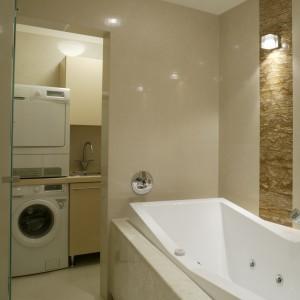W osobnym pomieszczeniu, za szklanymi drzwiami, znajduje się funkcjonalnie urządzona pralnia-składzik. Fot. Monika Filipiuk.