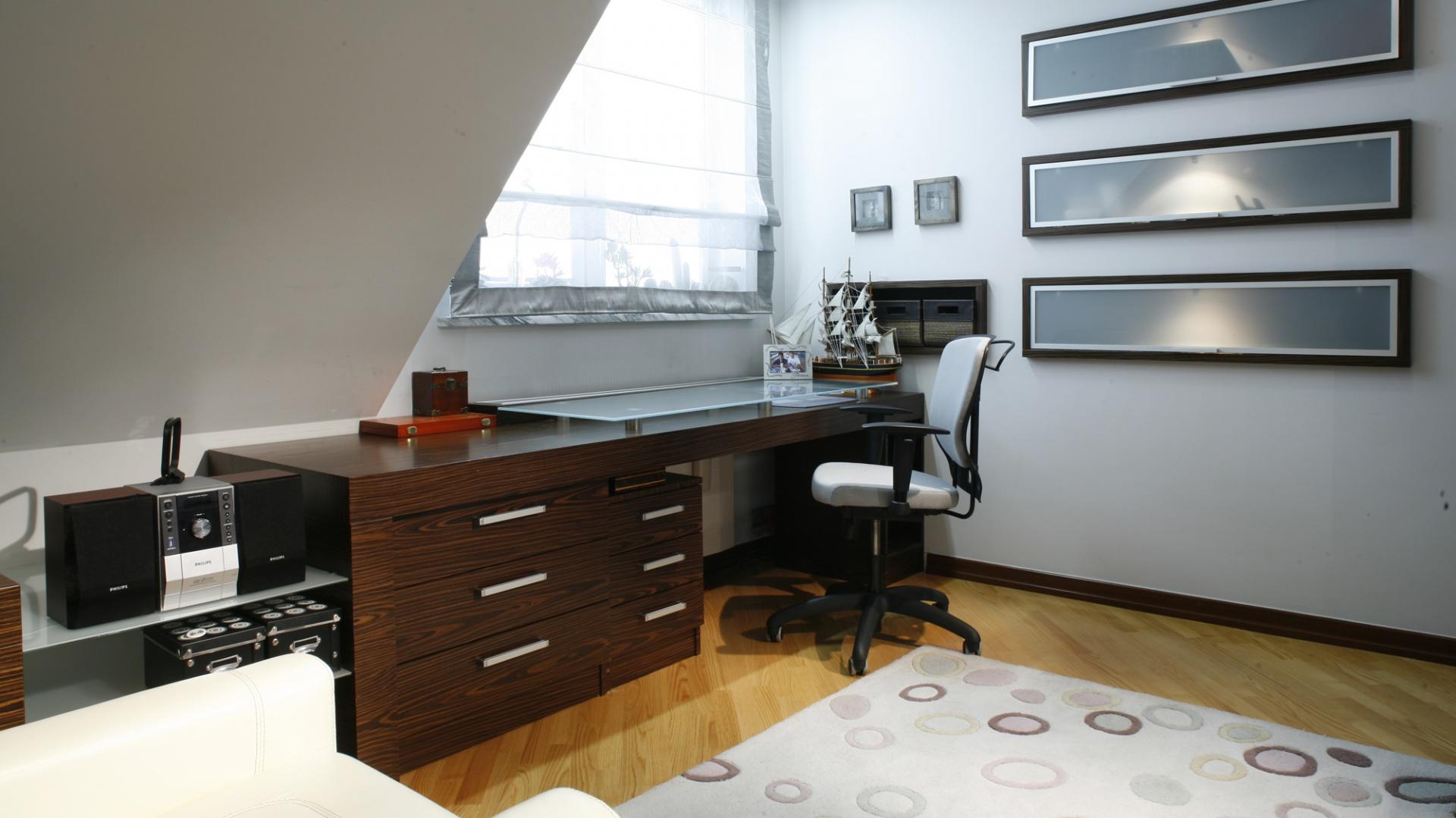 """Eleganckie, wygodne, duże biurko (zaprojektowane przez arch. Julitę Chrząstek) bez problemu zmieści """"w sobie"""" zarówno szkolne zaszyty i książki, jak i przeróżne """"pirackie drobiazgi"""". Fot. Monika Filipiuk."""