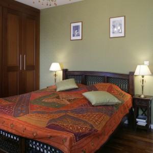"""Patchworkowa narzuta na łóżko wypełnia sypialnię """"orientalnymi"""" kolorami. To za jej sprawą, nie tylko małżeńskie łoże, ale też całe wnętrze nabiera wyjątkowego charakteru. Fot. Monika Filipiuk."""