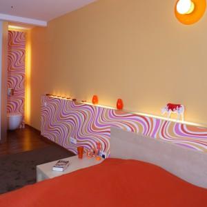 Soczyste kolory i falujący wzór na tapecie stały się inspiracją aranżacji całej sypialniano-łazienkowej przestrzeni. Fot. Monika Filipiuk.