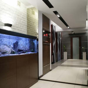 Podwieszane sufity wyraźnie zdynamizowały wnętrze i pozwoliły na zainstalowanie różnych rodzajów oświetlenia. Fot. Monika Filipiuk.