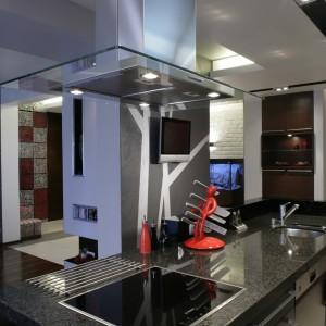 W kuchni oprócz brązu i czerwieni obecne są akcenty czarne oraz biel obecna za sprawą pomalowanej na ten kolor ceglanej ściany. Fot. Monika Filipiuk.