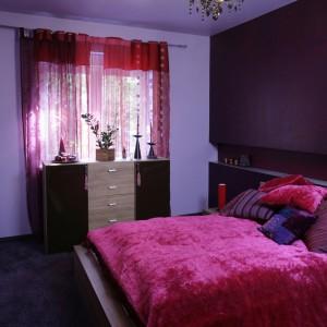 Zaaranżowana w zmysłowych, ciepłych barwach sypialnia, to wyraźne nawiązanie do stylu glamour. Świadczy o tym nie tylko jej soczysta, buduarowa kolorystyka, ale także dobór tkanin. Fot. Monika Filipiuk.