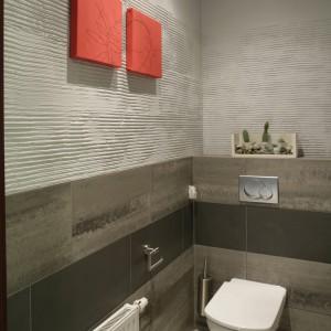 """Pokryte czerwoną tkaniną kwadraty dekoracji na ścianie przywołują skojarzenia ze sztuką chińską. To element nawiązujący do klimatu """"egzotyki"""" kraju bez konkretnych odniesień. Fot. Monika Filipiuk."""