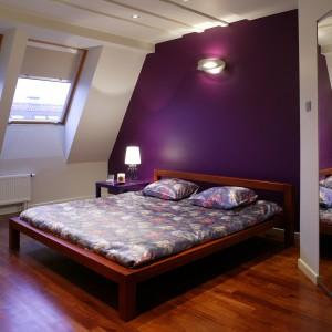 Fiolet jest dominującym kolorem w tym wnętrzu, aczkolwiek nie jedynym. Dodatkowo w sypialni znalazło się miejsce dla ecru, ciemnej czerwieni, a na¬wet błyszczącej stali.  Fot. Tomasz Markowski.