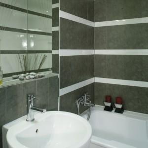 Szlachetne, stonowane zestawienie dwóch kolorów: szarości i bieli, zagościło w łazience. Fot. Monika Filipiuk.