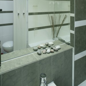 Wnętrze w całości zostało wyłożone gresem z porcelanową powierzchnią (Porcelanosa) – płytki położono na ścianach, podłodze i obudowie wanny (ceramika łazienkowa to Hatria). Fot. Monika Filipiuk.