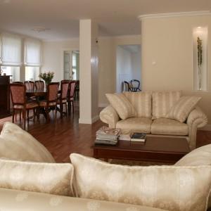 Salon i sypialnia to jedna całość, z tą samą podłogą z egzotycznego, ciemnego drewna i kremową kolorystyką ścian. Fot. Markowski Tomek.