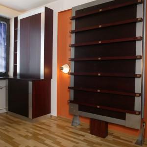 Spodnia część łóżka, identycznie jak zamontowane w sypialni meble, została wykończona dwoma rodzajami forniru: mahoniowym oraz imitującym stal. Po złożeniu, tworzy z nimi spójną kompozycję kolorystyczną. Fot. Marcin Łukaszewicz.