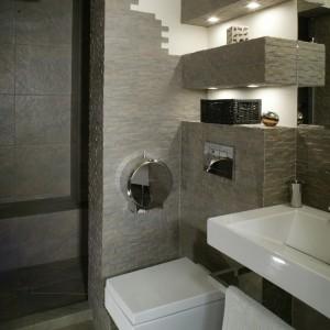 Łazienka pana domu to wnętrze zagospodarowane funkcjonalnie i po męsku, z wyposażeniem o prostych, zgeometryzowanych kształtach. Fot. Monika Filipiuk.