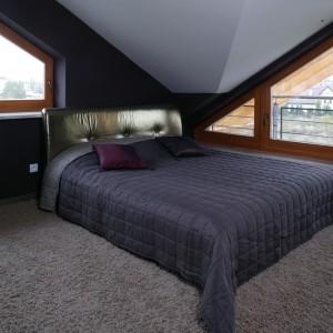 Wielkie, małżeńskie łóżko stanęło w rogu sypialni. Zgodnie z najnowszymi trendami, obito je pikowanym, złotym materiałem. Fot. Monika Filipiuk.