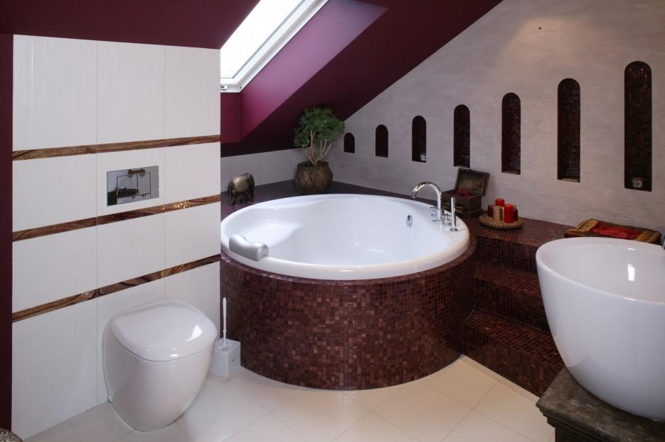 Łazienka to pełne orientalnego przepychu królestwo pani domu, którego poszczególne elementy mienią się i lśnią. Część ścian i sufit zostały pomalowane na kolor burgunda. Fot. Monika Filipiuk.