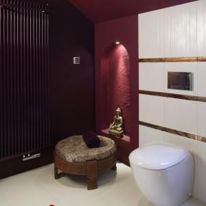 Ozdobna wnęka, dekoracyjny grzejnik, puf – to czytelne sygnały, że to nie jest zwyczajna łazienka. To wnętrze, którym należy się delektować. Fot. Monika Filipiuk.