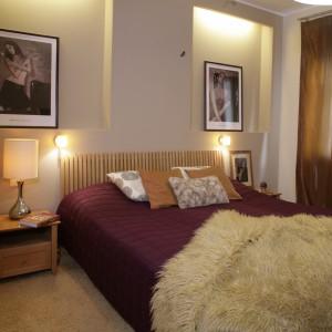 """Sypialnia jest niezwykle przytulna i ciepła. Efekt ten uzyskano dzięki """"kudłatemu"""" dywanowi na podłodze i podobnej do niego, włochatej narzucie. Fot. Monika Filipiuk."""