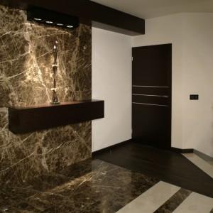 Prowadzące na piętro schody, wykonano z marmuru crema marfil, który, już na piętrze, przechodzi w parkiet z dębu wędzonego, a dalej, w efektowny marmur emperador (przecięty pasami crema marfil). Fot. Monika Filipiuk.