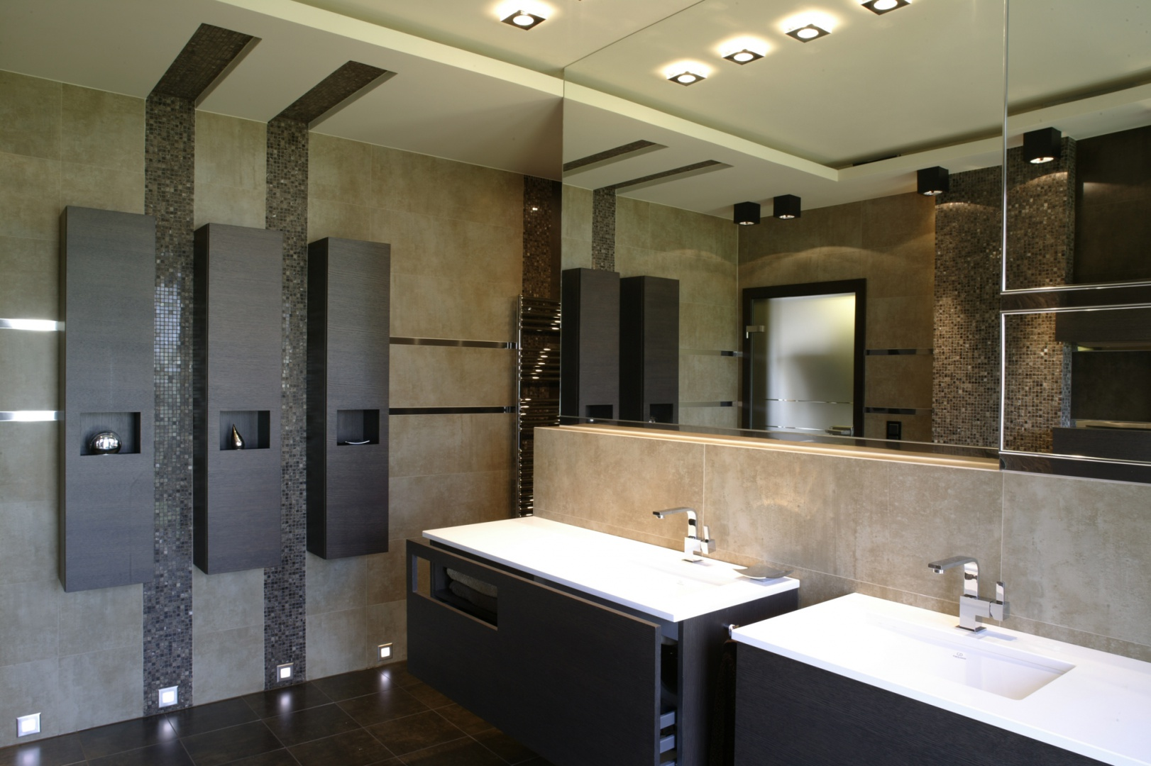 W łazience królują wyłącznie proste, geometryczne formy – taki kształt mają kamienne płytki, meble, ceramika, a nawet oprawy lamp. Fot. Monika Filipiuk.