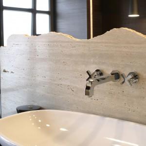 """Na długiej ławie z drewna wengé została wyeksponowana umywalka w formie misy (Flamina """"Nuda""""). Fot. Monika Filipiuk."""