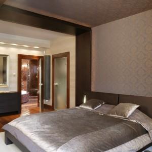 Kolorystyka zastosowana w sypialni przenosi się do przyległej łazienki. Wspólnie tworzą komfortową strefę relaksu. Fot. Monika Filipiuk.