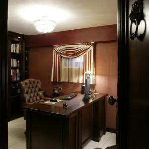 Właściciele tu pracują, czytają książki, prowadzą rodzinne archiwum oraz domowe biuro. Fot. Bartosz Jarosz.