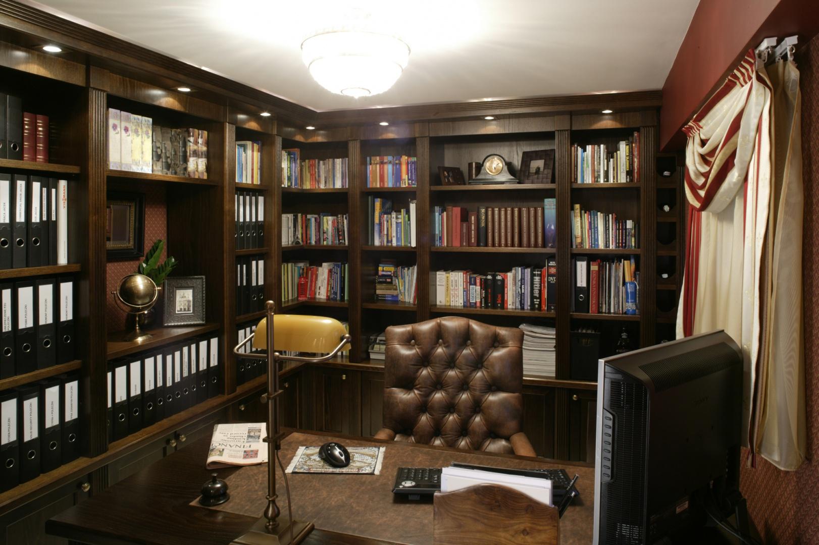 """Regały na książki musiały zostać zrobione """"pod wymiar"""". Fot. Bartosz Jarosz."""