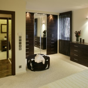 Łazienka znajduje się drzwi w drzwi z sypialnią małżeńską. Łącznikiem między puszystym dywanem a chłodnym gresem jest parkiet przemysłowy z czarnego dębu. Fot. Bartosz Jarosz.