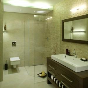 Podwieszany sufit widać zarówno nad wanną, jak i nad kabiną prysznicową. Fot. Bartosz Jarosz.