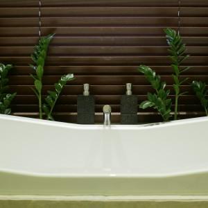 Dzięki drewnianej rolecie widok z okna może, ale nie musi asystować kąpiącej się osobie. W końcu łazienka powinna te gwarantować poczucie intymności. Fot. Bartosz Jarosz.