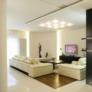 Wnętrze umeblowano z dużą prostotą. Główne wyposażenie to jasny, skórzany zestaw wypoczynkowy (Kler) oraz specjalnie zaprojektowane meble z wengé. Fot. Bartosz Jarosz.