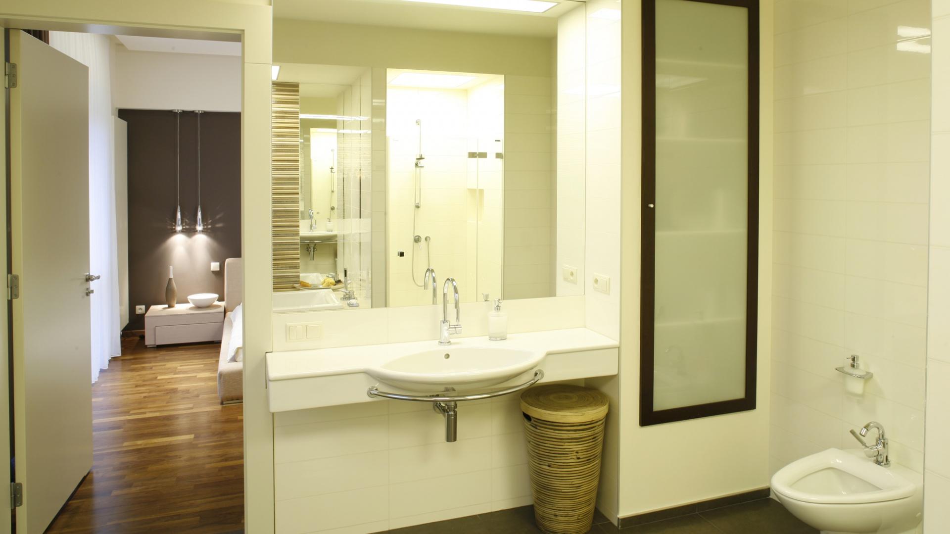 Przy jednej ze ścian umieszczono umywalkę (Laufen), a obok – WC (Villeroy