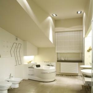 Łazienka jest wysoka, przestrzenna i dynamiczna dzięki sufitowym skosom. Fot. Bartosz Jarosz.