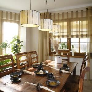 Stolik śniadaniowy jest stałym element zabudowy kuchennej. Jego podstawą jest konstrukcja z półkami na drobiazgi. Oświetla go jedna z kilku kamiennych lamp zrobionych przez plastyczkę. Fot. Monika Filipiuk.