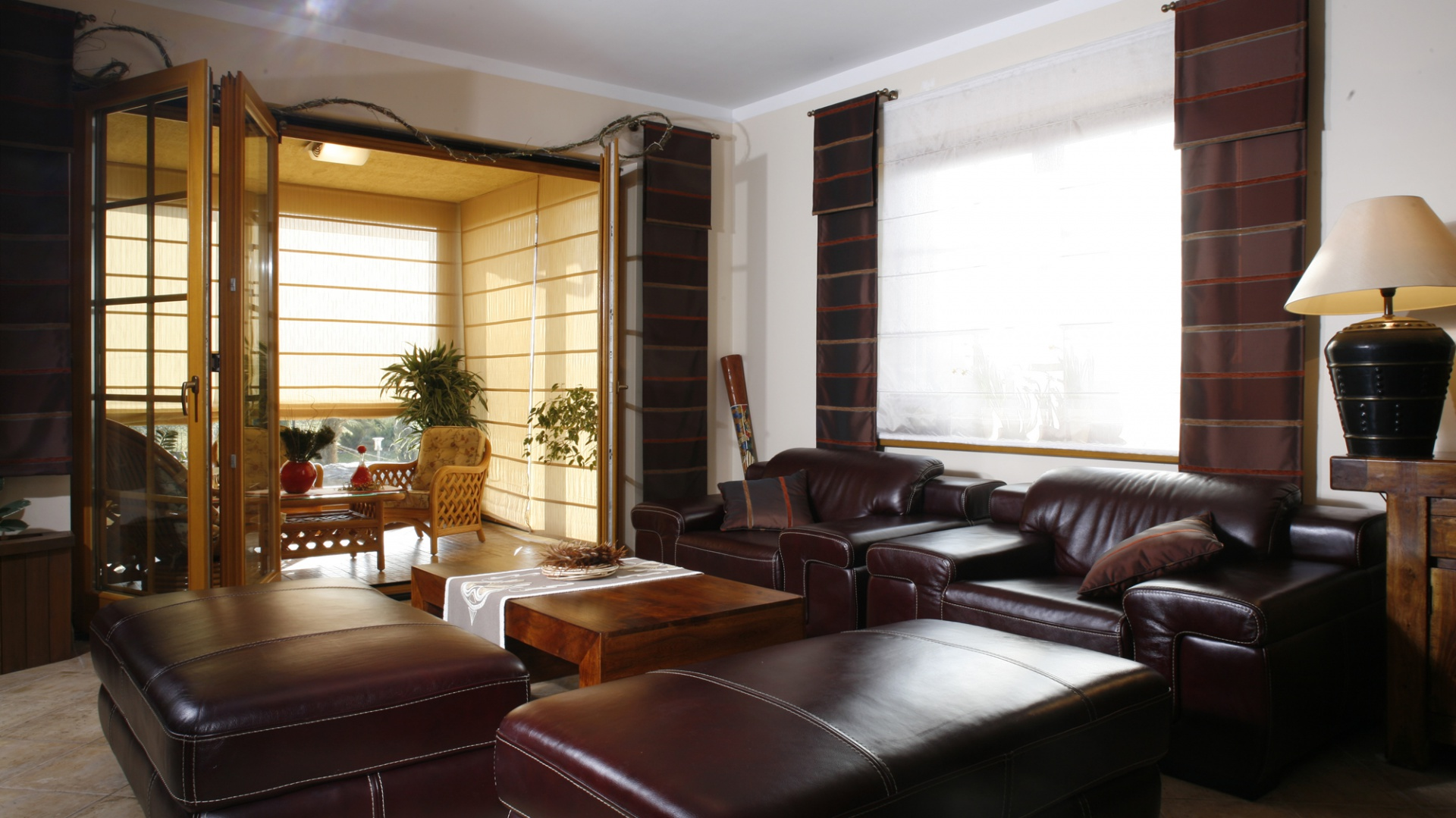 Fotele i okazałe siedziska (Almi Decor), jak wszystkie meble w domu, wykonane są z naturalnych materiałów. Fot. Monika Filipiuk.