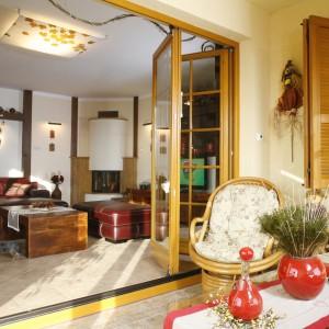 Salon i oranżerię oddzielają, w razie potrzeby, szklane rozsuwane drzwi. Fot. Monika Filipiuk.