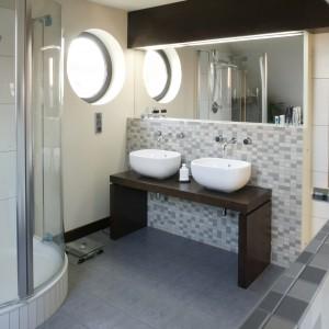 Łazienka z dwiema umywalkami to same zalety!