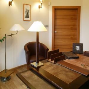 Wieczorem mamy oświetlenie górne w postaci stylowego żyrandola i stojące przy fotelu oraz na biurku lampy. Fot. Monika Filipiuk.