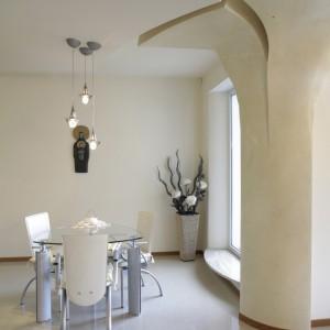 Niezwykłą dekoracją są rzeźbiarskie konstrukcje ścian oraz podwieszanych sufitów. Znakomicie wpisują się w nowoczesny klimat wnętrz, dodając im przytulności i artystycznego wymiaru. Fot. Monika Filipiuk.