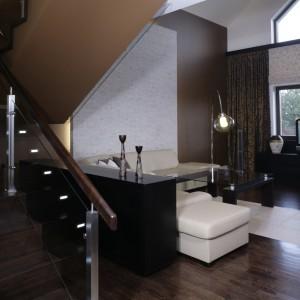 Salon stał się dla architekta polem do popisu. Zastosowane tu rozwiązania umykają bowiem standardowym projektom. Dwa poziomy okien, których zamontowanie było możliwe dzięki połączeniu dwóch kondygnacji. Fot. Monika Filipiuk.