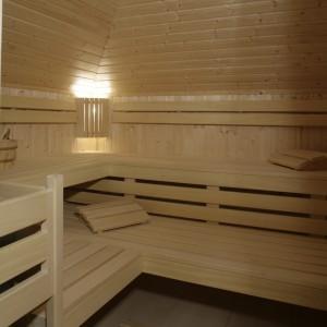 Sauna to jedno z ulubionych miejsc pani domu, bez którego nie wyobraża sobie komfortowego mieszkania. Sąsiaduje z nią kabina prysznicowa, z której można wyjść na korytarz lub do łazienki. Fot. Monika Filipiuk.