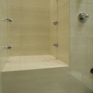 Wnęka wyposażona w dysze do biczy szkockich jest częścią przestronnej kabiny prysznicowej. Fot. Monika Filipiuk.