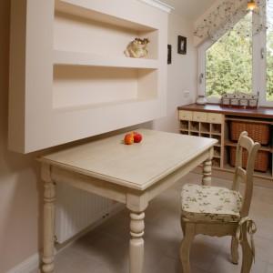 Postarzany stół został przewidziany jako miejsce codziennych posiłków. Półki nad nim wykonane zostały z płyty gipsowo-kartonowej. Fot. Bartosz Jarosz.