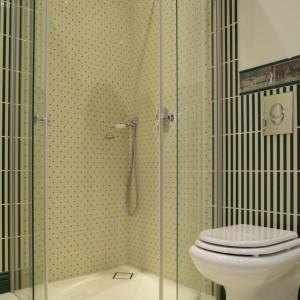 """""""Pozbawiona"""" brodzika kabina prysznicowa  została wyłożona jasnymi płytkami """"w kropki"""". Tuż obok niej zamontowany został sedes. Fot. Monika Filipiuk."""