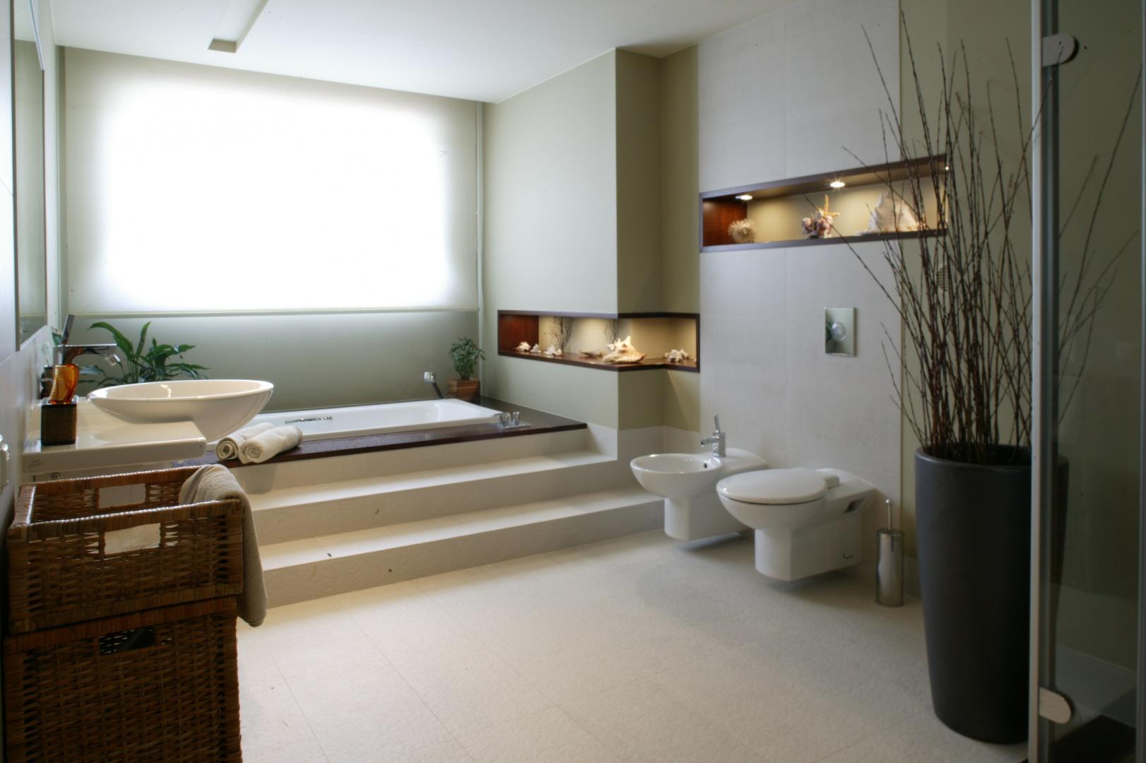 Duże okno w łazience można przysłonić rzymską roletą, albo cieszyć się promieniami słońca ogarniającymi strefę kąpielową. Fot. Monika Filipiuk.